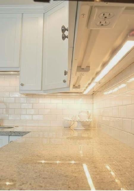 Luz y tomacorrientes por debajo de los kitchen cabinets