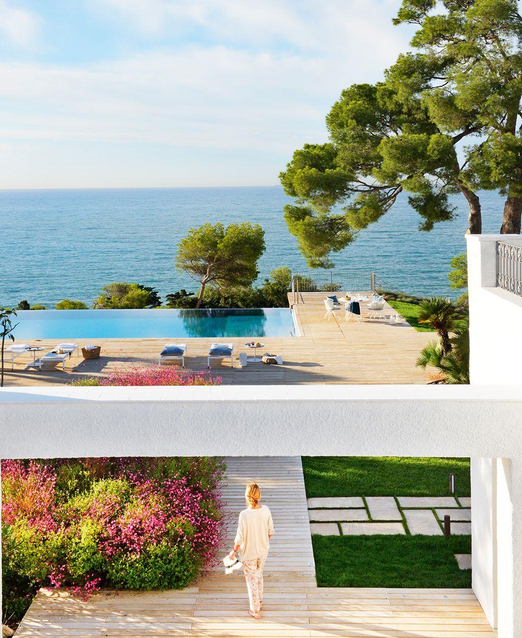 Vista de jard n con piscina desbordante exterior for Piscinas de jardin
