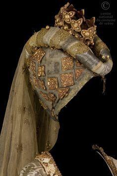 "heartshaped hennin with crown | Costume ""La Reine"" - CNCS"