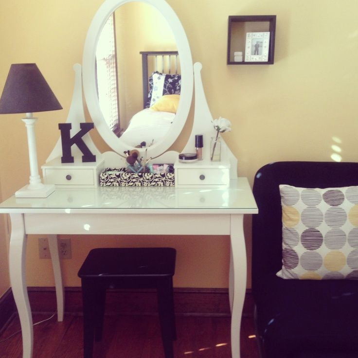 Entrance White Makeup Vanity For Corner Space