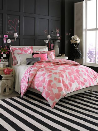 Black and pink teen girls bedroom idea love the black wall probably chalk board paint behind the bed looks like an easy diy and then paint over the