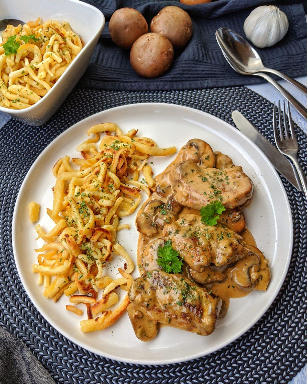 Schweinemedaillons in Champignon Rahmsoße ist eines dieser tollen Gerichte das nie aus der Mode kommt und viele Vorteile in sich vereint. Es ist einfach