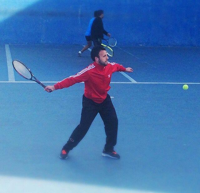 Totalmente entregado jugando al tenis Nos encanta disfrutar al aire libre y con la familia :)