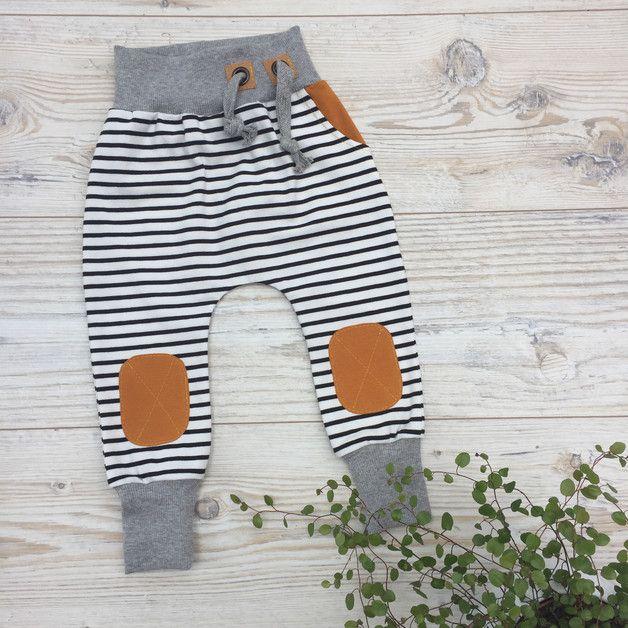 Wunderschöne und kuschelige Jersey Pants für Kids in weiß/schwarz gestreift mit Kniepatches in karamell und einer ebenfalls in karamell abgesetzten Eingrifftasche. Die Fake Kordel sowie die...