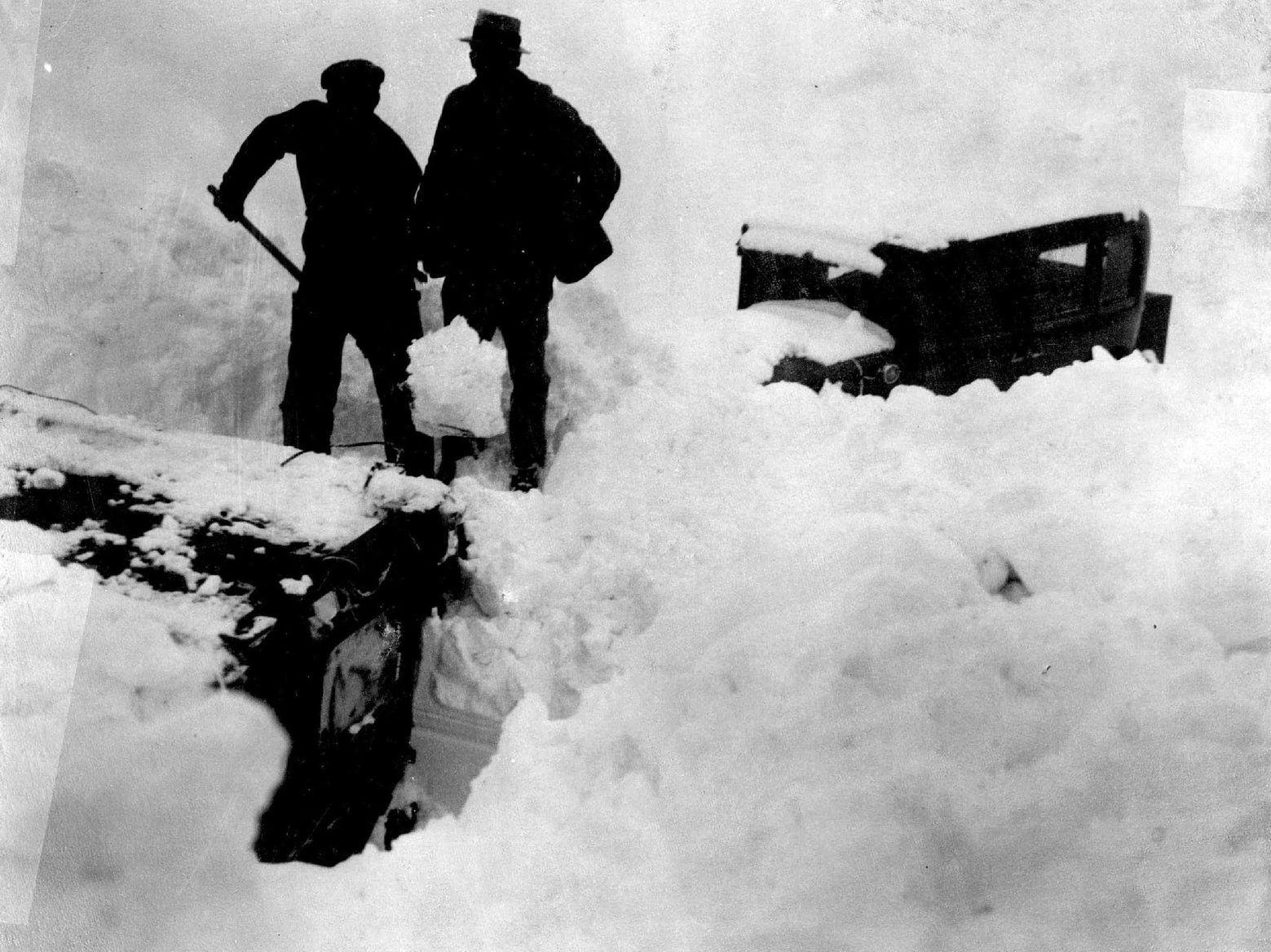 Снежна лавина затрупа хотел во Италија Darth vader
