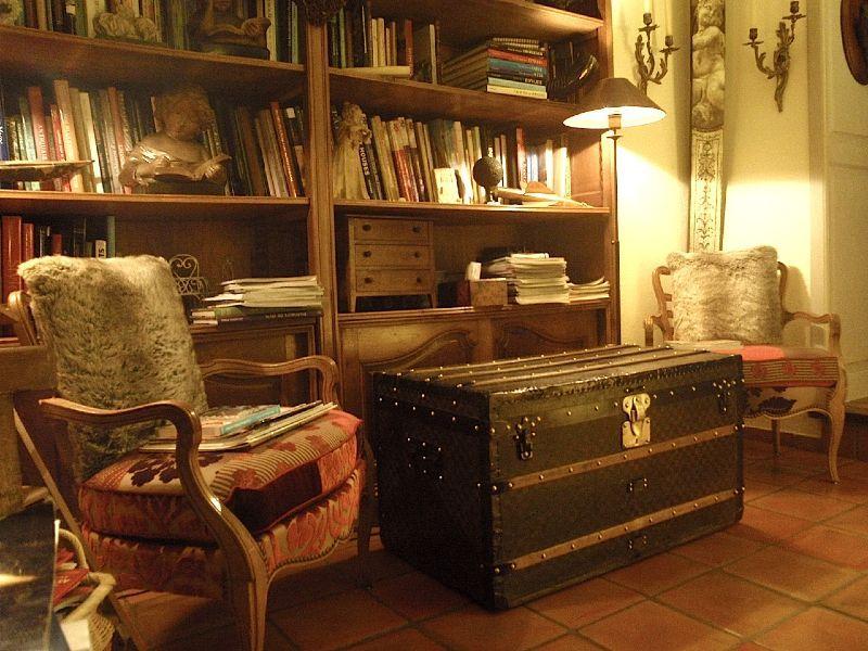 Décoration d\'un salon avec une malle Vuitton http://www.la-malle-en ...