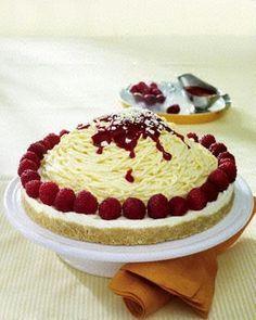 en und mit der Kuchenrolle fein zerbröseln. Butter in einem Topf schmelzen, mit den Bröseln vermengen. Boden einer Springform (26 cm Ø) leic...