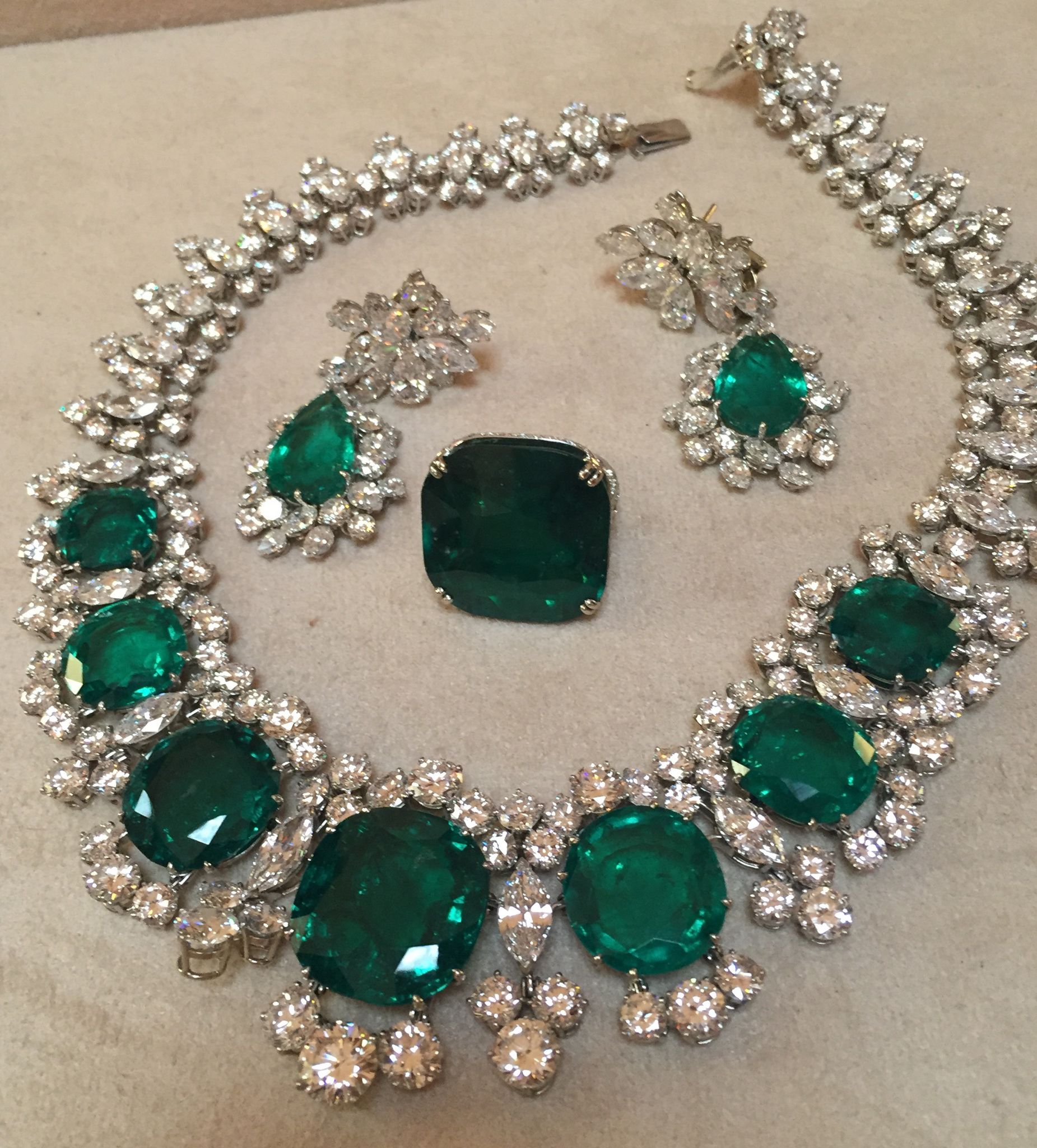 Perhaps one of the most famous jewellery suits of all time: the Bulgari Seven Wonders emerald necklace, with the matching diamond and emerald earrings and a Bvlgari emerald ring thrown in for good measure. Worn by Elizabeth Taylor, Gina Lollobrigida and Monica Vitti to name just a few celebrities. Discover the fashion history of the most iconic and classic of jewellery brands to date: http://www.thejewelleryeditor.com/jewellery/bulgari-history-of-style-celebrities-iconic-design/ #jewelry