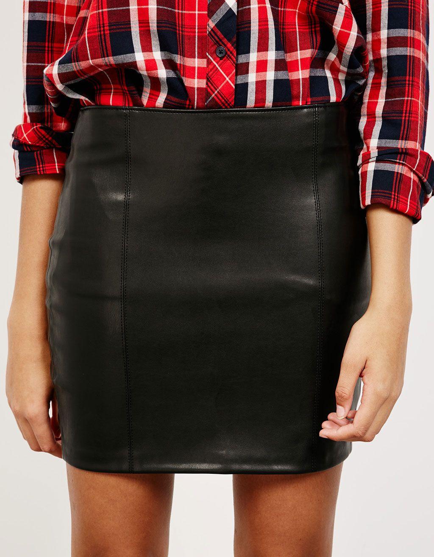 65491bad019 Falda corta efecto piel. Descubre ésta y muchas otras prendas en Bershka  con nuevos productos cada semana