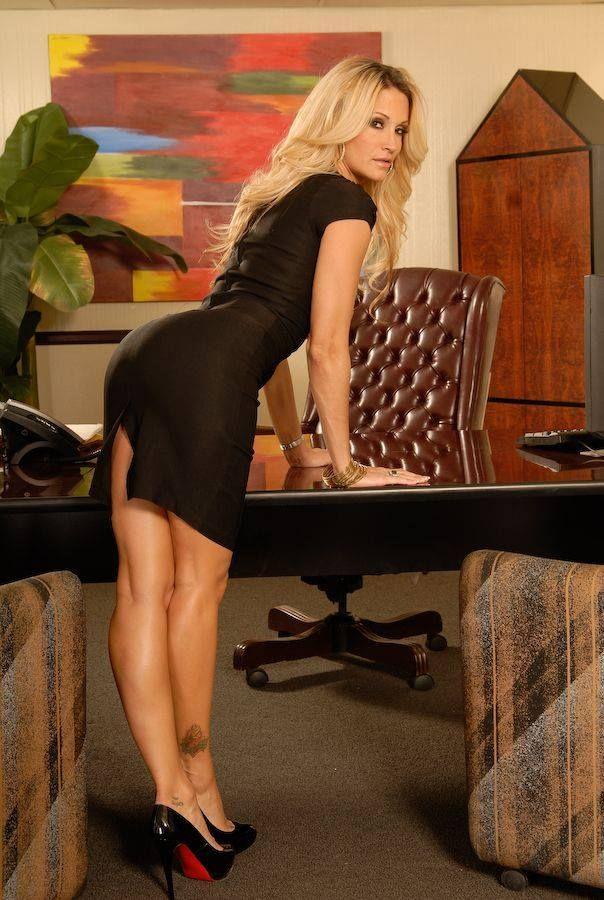 Сексуальные секретарши в обтягивающих мини юбках