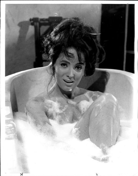 0 bath time - actress Linda Cristal   cinema bath time
