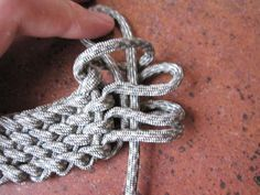 Slatts Paracord Rescue Bracelet -  a nice clear simple weaving technique with no special tools etc. required.