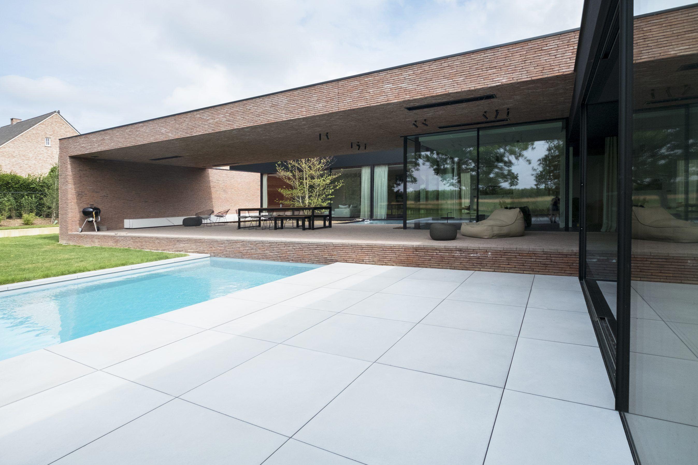 Concept betontegels van cm groot in lichtgrijs bij