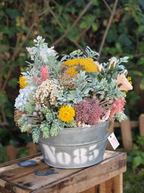 Centro de flores secas y arficiales en la tienda de Flores en el Columpio