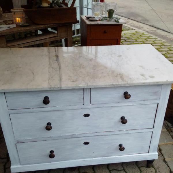 wei e kommode mit wei er marmorplatte shabby vintage. Black Bedroom Furniture Sets. Home Design Ideas
