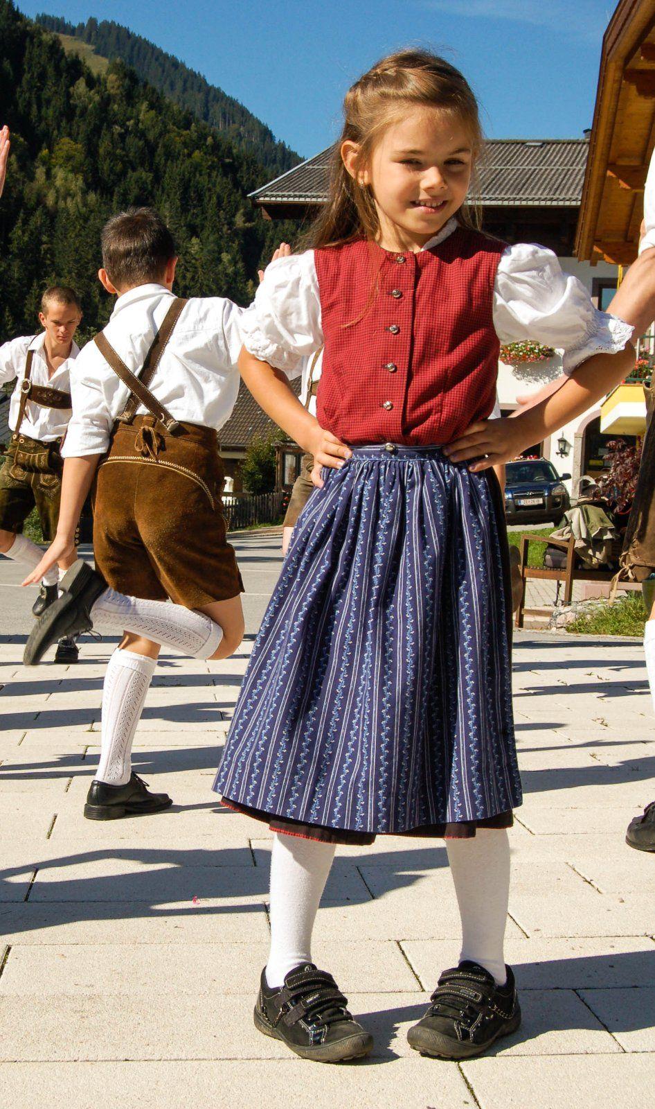 #Dirndl-Mädchen aus #Salzburg beim #Volkstanz ---- Girl from Salzburg - #Austria http://magazin.salzburgerland.com/wp-content/uploads/2012/10/11.jpg