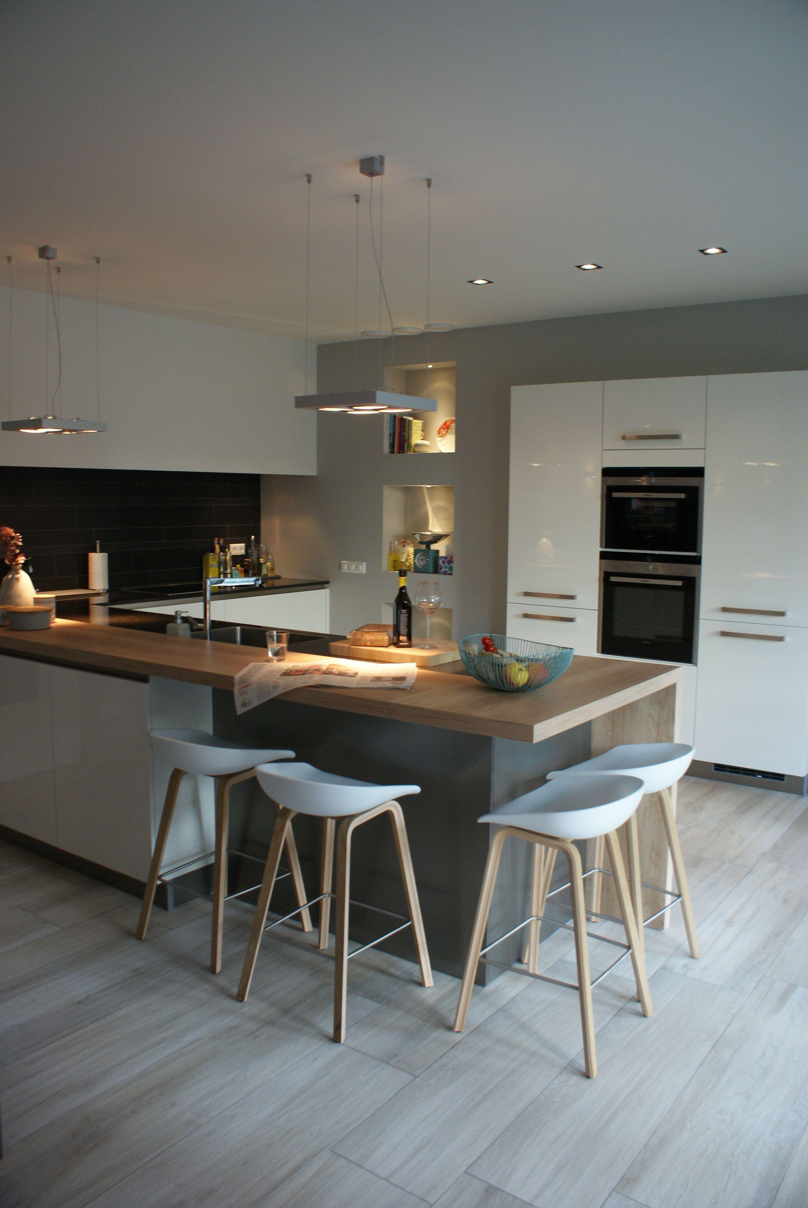 Praktische strakke keuken in mooie materialen, passend in het totaal ontwerp.
