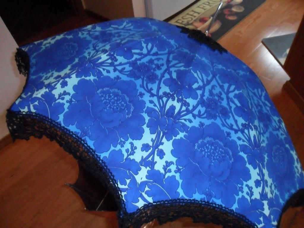 Fashion accessory umbrella, with lace & buttons