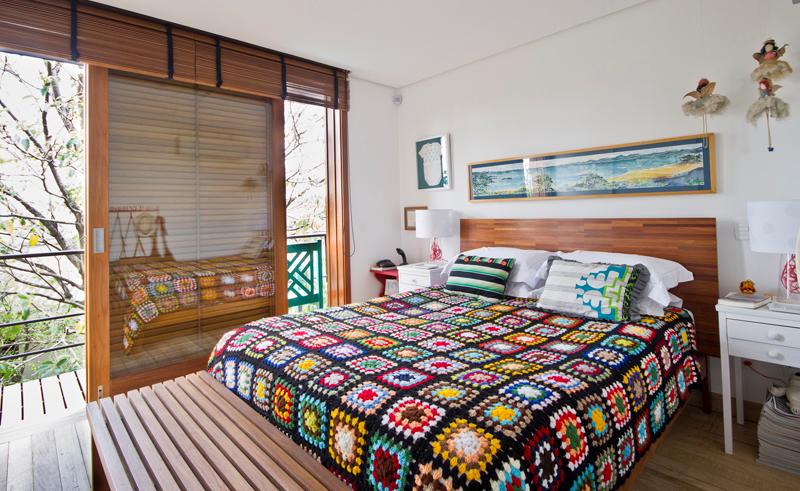 Delícia de décor brasileira | Casinha coloridan  love the bed blanket !