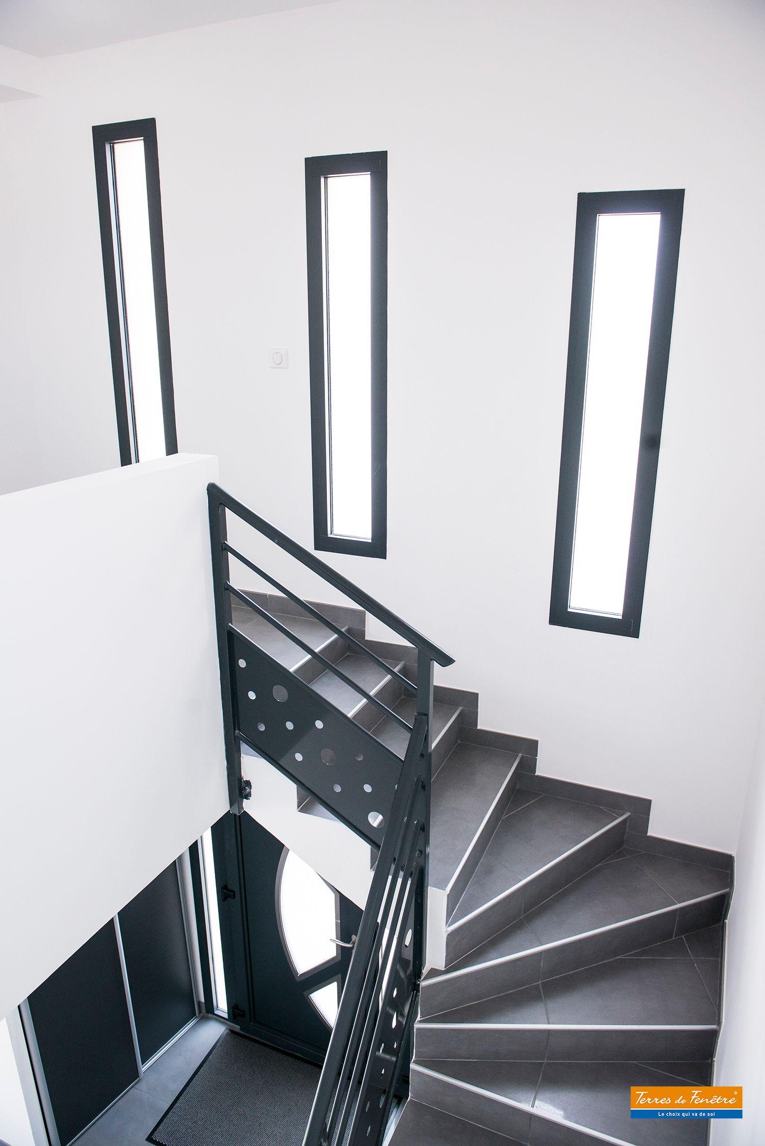 Fenetre Alu Grise Fixe Entree Escaliers Lumineux Maison Deco Grise Blanche Main Courante Moderne Entree Maison Moderne Escaliers Maison Escalier Carrelage