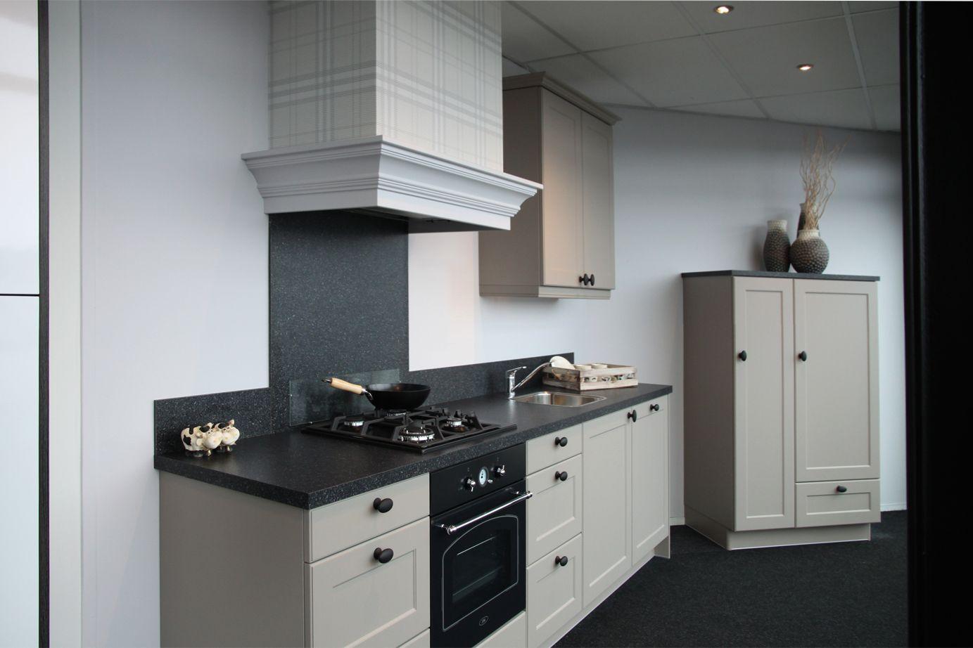 Landelijke keuken met los wandmeubel db keukens rechte for Landelijke keuken