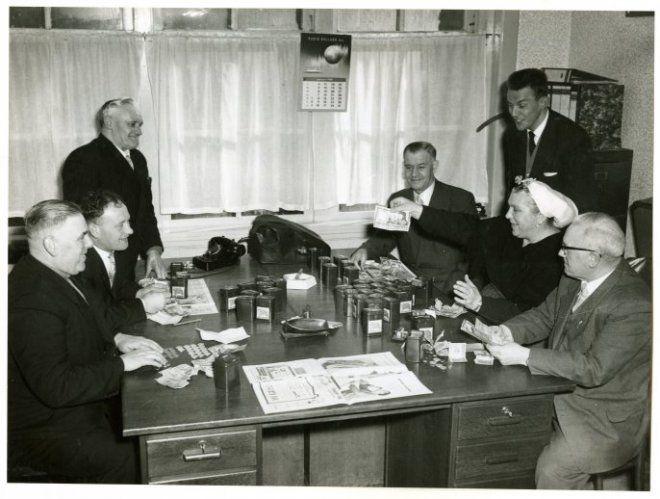 Het tellen van de opbrengst der collecte voor het hospitaalkerkschip 'De Hoop'. 1959 Fotoburo Meyer #ZuidHolland #Scheveningen