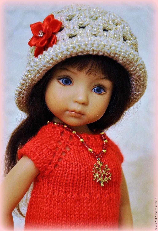 Купить или заказать НАРЯД ДЛЯ ЛЮБИМОЙ КУКЛЫ в интернет-магазине на Ярмарке Мастеров. Наряд включает платье, кофточку, шляпу, браслет и подвеску 'дерево'. Платье связано из итальянской полушерстяной пряжи. Кофта и шляпка связаны из пряжи с люрексом . Платье застегивается на три маленькие пластмассовые …