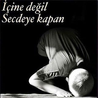 """Rasulullah (s.a.v) efendimiz bir hadis-i şerifinde; """"secde'de iken çokça dua ediniz. Zira Secdede edilen dua kabule daha layıktır."""" buyurmuştur. Tüm hayır Dualarımızın en tez zamanda bakul olması duası ile.. Hayırlı geceler. Bir #namazsız# bir de duasız#bırakma bizi ya RAB !"""