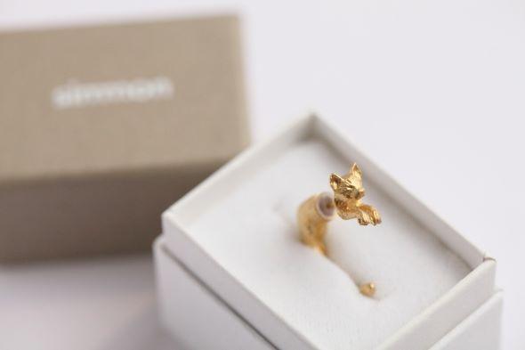 ジュエリーブランド・simmonより、耳に猫がぶらさがっているように見えるピアスが販売されています。
