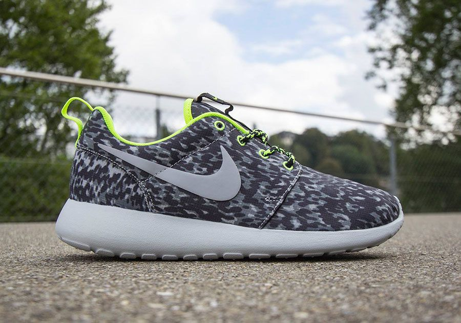 sneakernews discount vente Footlocker Finishline Nike Femmes Roshe Chaussure D'impression Run - Noir / Blanc / Gris Loup AEurQ4al