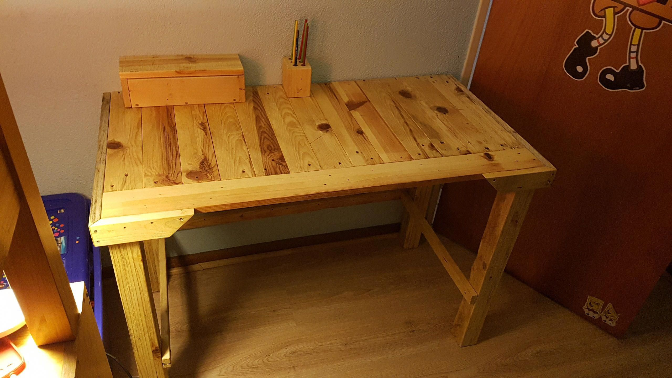 i promised my son a pallet kids desk for his room after making a rh pinterest com mx