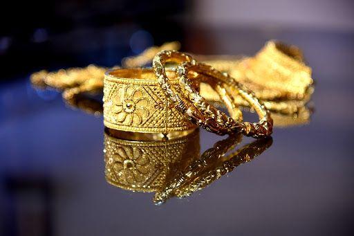 تفسير رؤية البناجر الذهب في الحلم للعزباء وللحامل وللمتزوجة In 2021 Gold Rings Jewelry Gold
