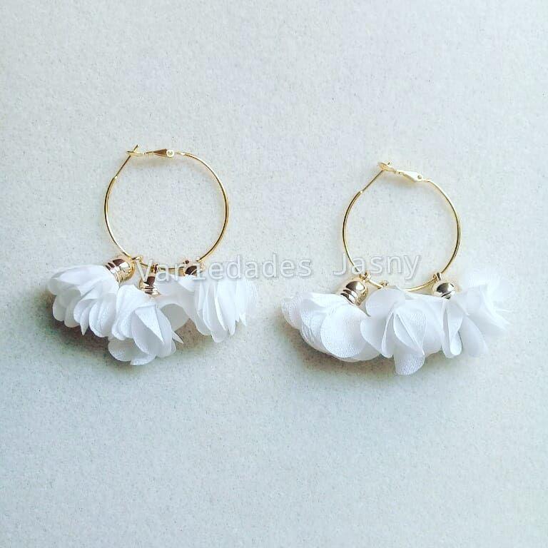 3ece5f22d909  aretes  borla  flor  candongas  blanco  moda  belleza  accesorios   hechoamano  queregalar. Envíos a toda Colombia. Escriba a…
