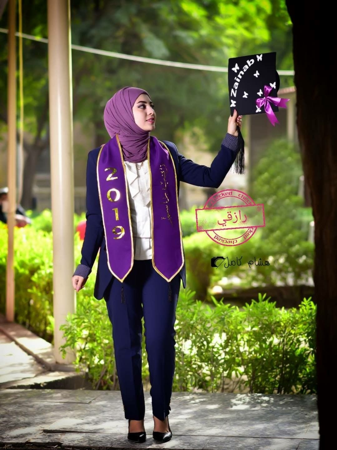 Pin By Zainab On افكار للتخرج Graduation Picture Poses Graduation Style Graduation Outfit