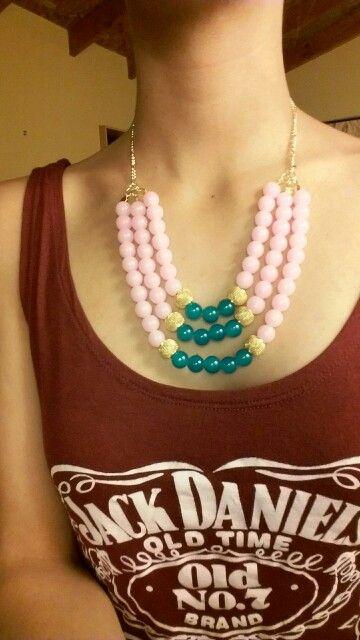 Collar de perlas rosadas, doradas y calipso