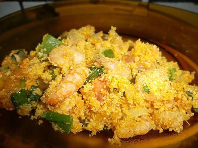 3 colheres de sopa de manteiga  - 1/2 kg de camarão cinza limpo  - 1 cebola  - 3 dentes de alho  - 1 tomate  - 1/2 pimentão verde  - 1/2 pimentão vermelho  - 1/2 pimentão amarelo  - 3 ovos  - 2 xícaras de farinha de mandioca torrada temperada  - 1 xícara de farinha de milho temperada  - Pimenta Tabasco Tradicional quanto quiser (ou outra pimenta que goste)  - Sal se necessário  -