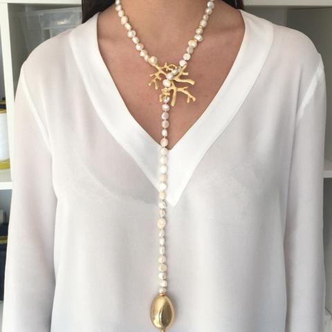 5d79ec5800c7 Collar largo y abierto de perlas de rio engarzadas en una rama de coral  bañada en oro mate y terminadas en una lágrima de resina dorada a juego  Cuidados No ...