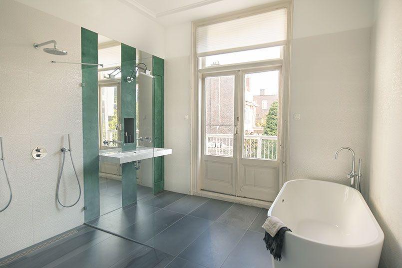 Interior design by ijzersterk interieurontwerp stadsvilla den haag badkamer met hoge plafonds - Badkamer beton wax ...