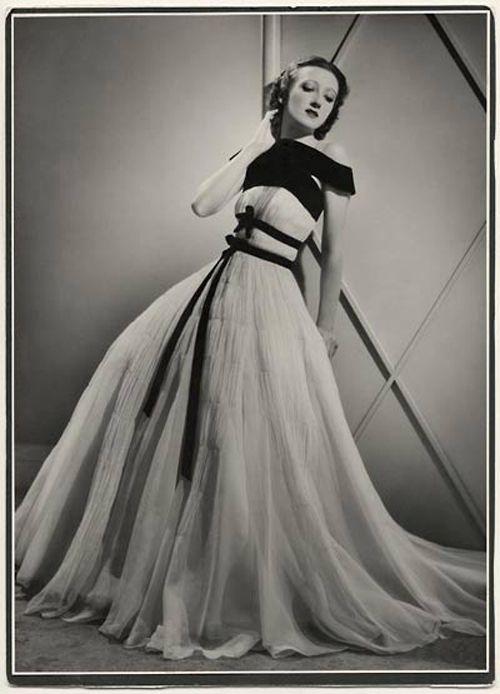Известной русской моделью 1930-х станет Тея (Екатерина) Бобрикова. С 1927 по 1934 годы она работала в модном доме Жанны Ланвен