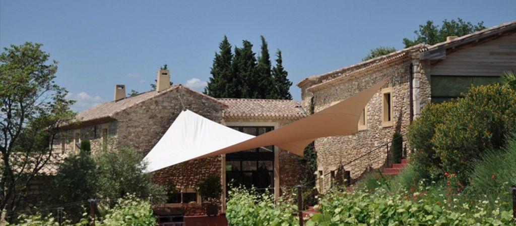 Huvila Le mas De So on erityislaatuinen paikka, Provencessa, suoraan viinitarhojen sydämmessä.