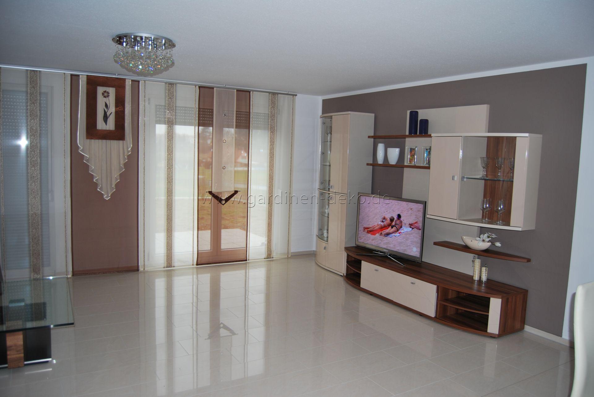 Beige-brauner Schiebevorhang fürs Wohnzimmer mit Blumenelement und Ösen - http://www.gardinen-deko.de/beige-brauner-schiebevorhang-fuers-wohnzimmer-mit-blumenelement-und-oesen/