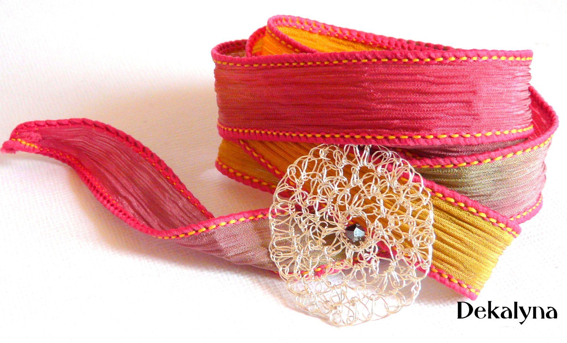 Bracelet ruban de soie rouge jaune vert et breloque ronde faite au crochet : Bracelet par Dekalyna Prix : 35 euros frais de port offerts! #mode #bijoux #beaute #ete #crochet #PACA
