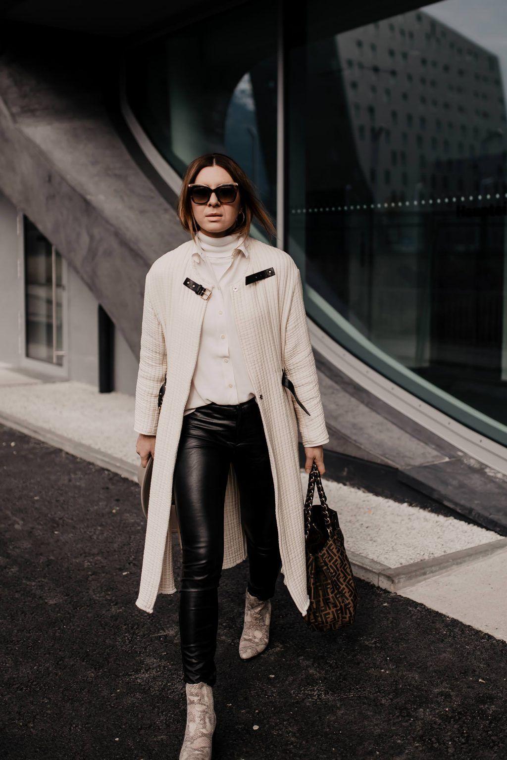 Outfit mit schwarzer Lederhose, Snake Print Boots und Logo-Bag - Life und Style Blog aus Österreich