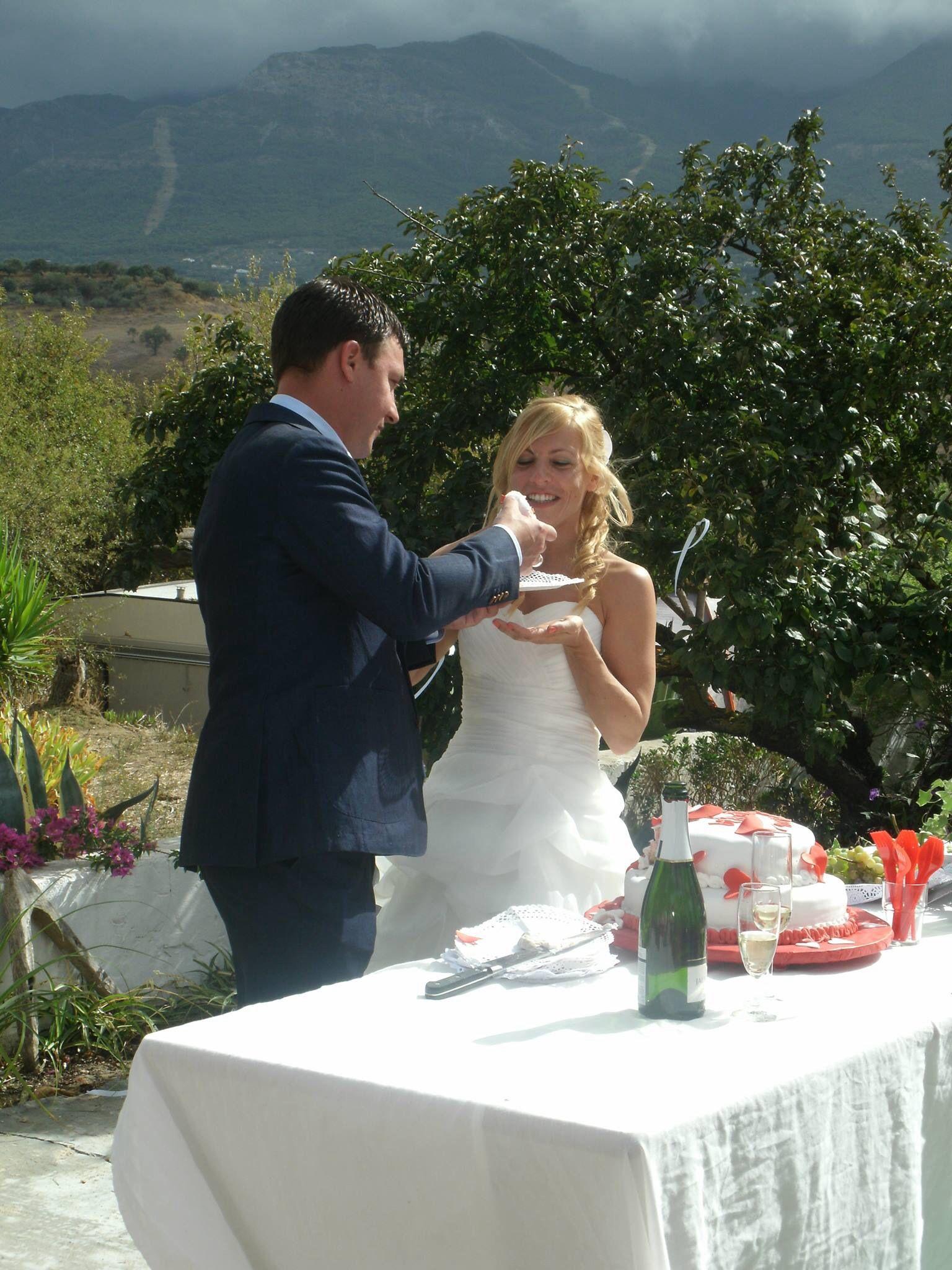 Het bruidspaar met een Spaanse bruidstaart.