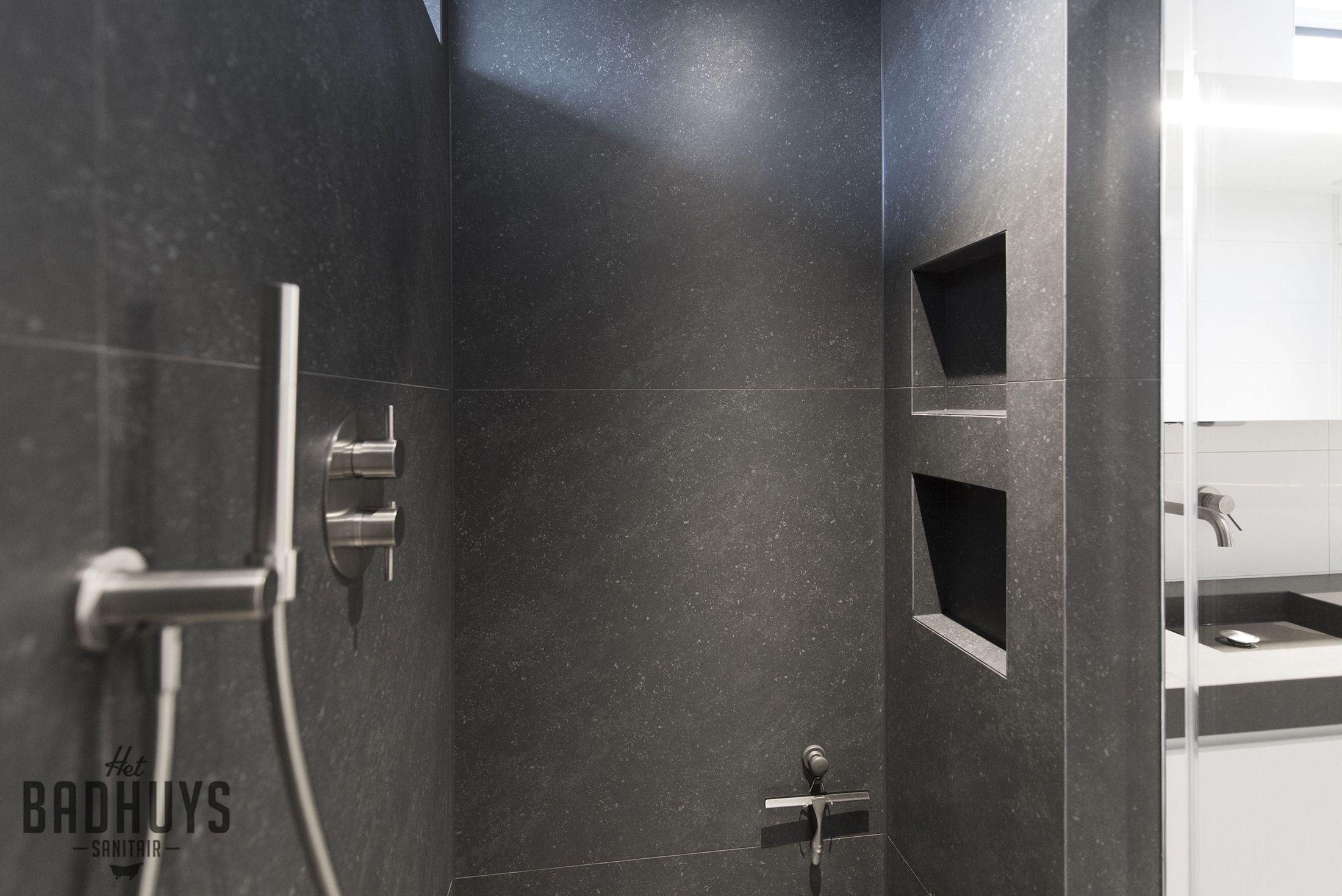 praktische inloopdouche uitgevoerd in donker grijze tegels het
