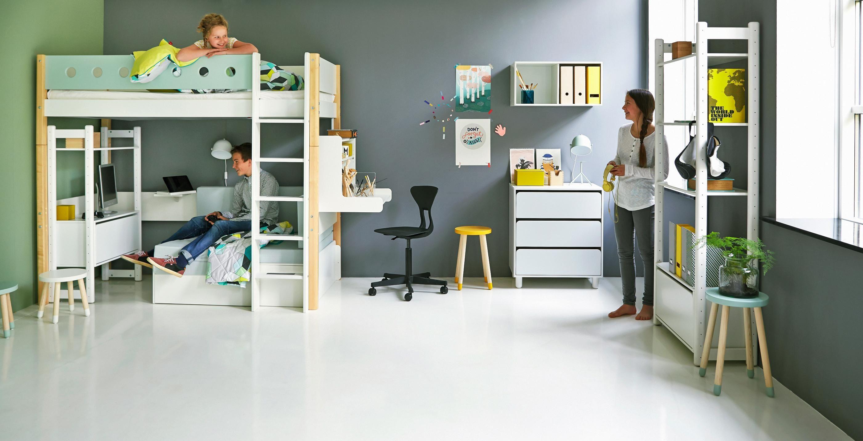 Funktionales etagenbett in wei mit praktischer leiter for Jugendzimmer etagenbett