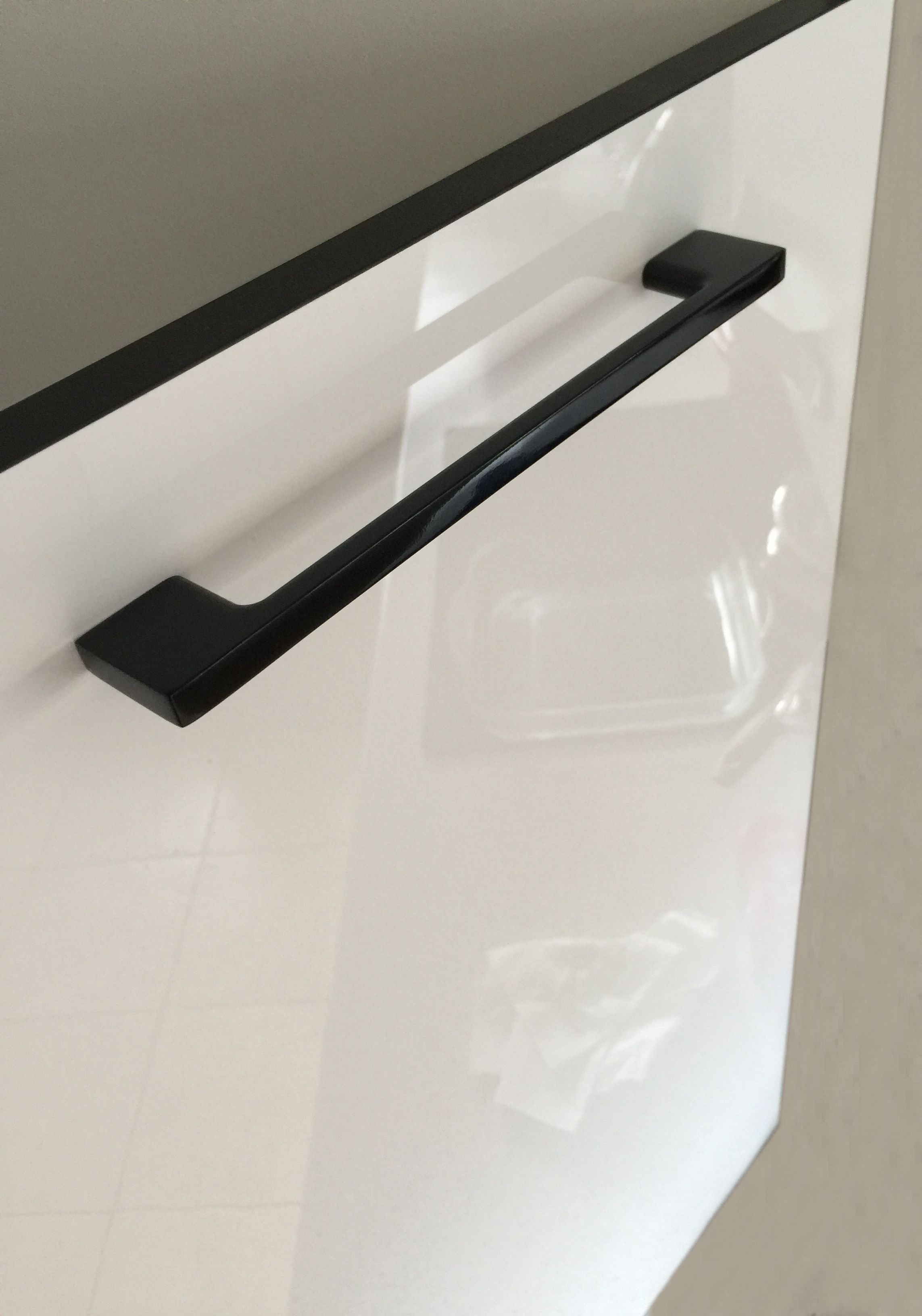 Download Wallpaper White Kitchen Unit Handles