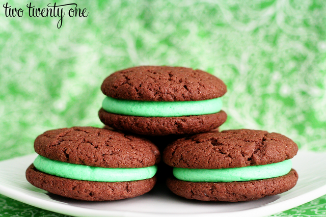 Chocolate Mint Sandwich Cookies via @twotwentyone