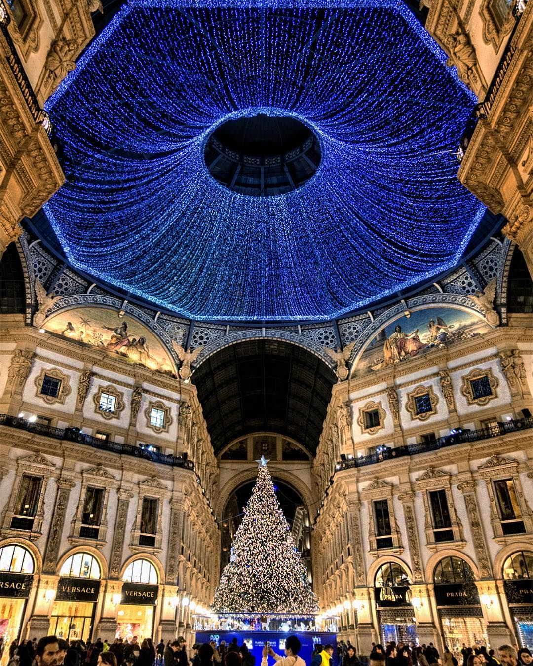 Christmas In Italy 2019.Milan Italy Waiting For My Eyes To Spy In 2019