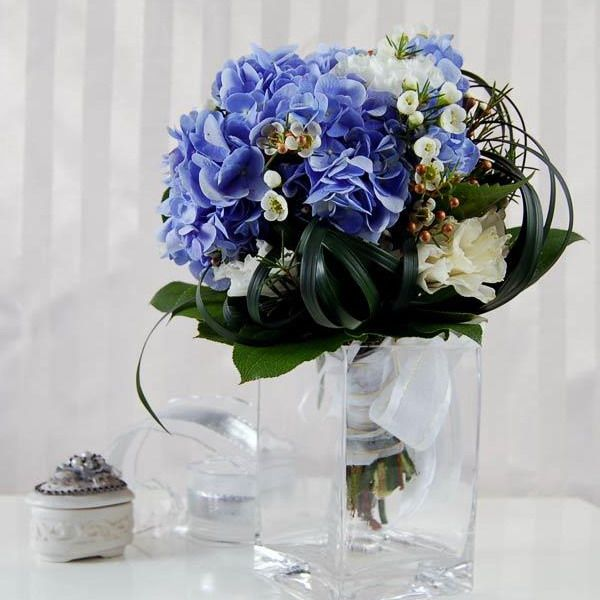 use blue flowers to create a mediterranean or sea inspired d cor rh pinterest com